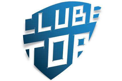 Logótipo do programa Clube Top. Clube top escrito a azul sobre fundo branco