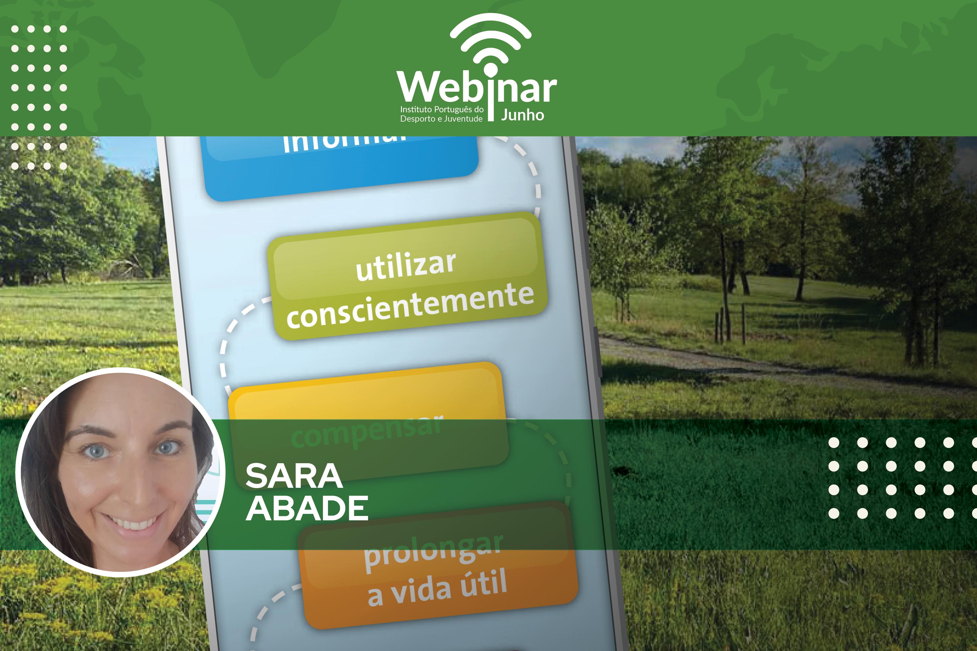 Fundo com um campo verde e o lettering: Webinar «Digitalização e clima   Consciência ambiental no mundo digital. Foto de Sara Abade.