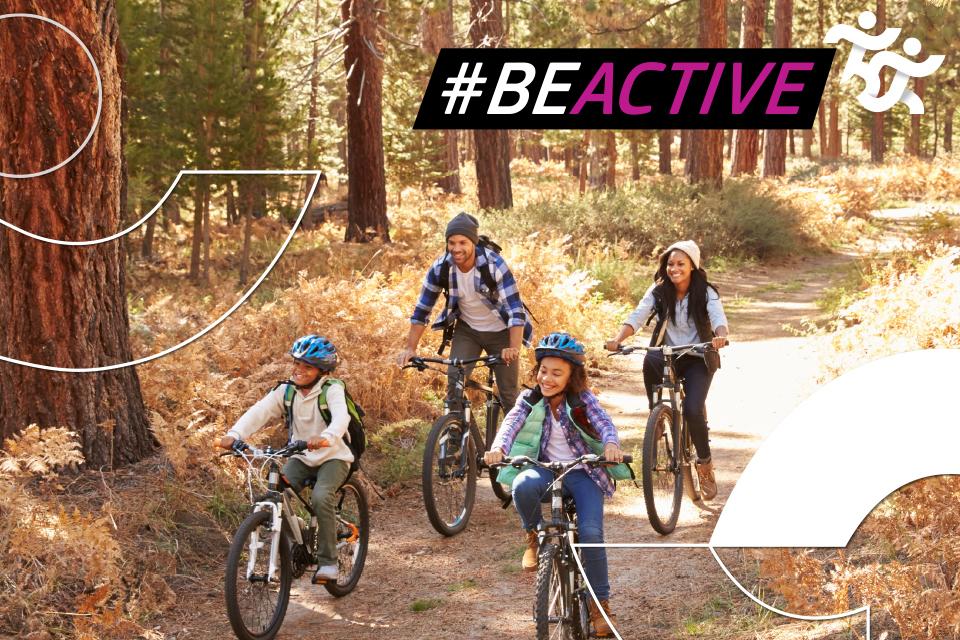 Grupo de pessoas a andar de bicicleta na natureza.