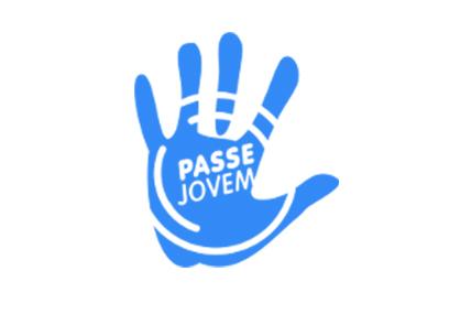 Mão azul aberta, com a palavra «passe-jovem» escrita